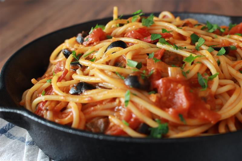 Spaghetti with tomato sauce and olives